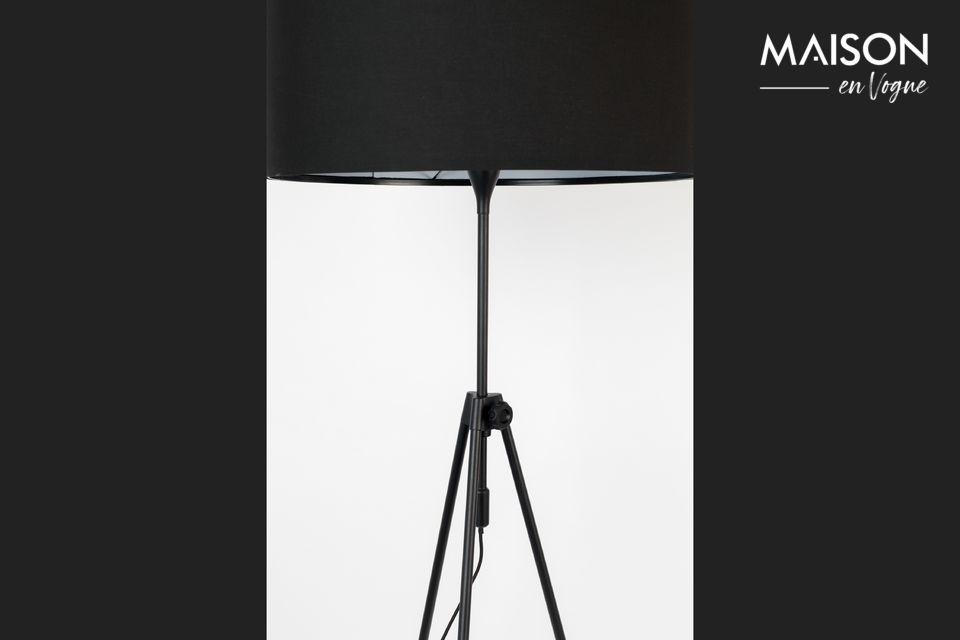 Deze Lesley vloerlamp onthult een sober ontwerp met vintage afwerking en brengt een vleugje