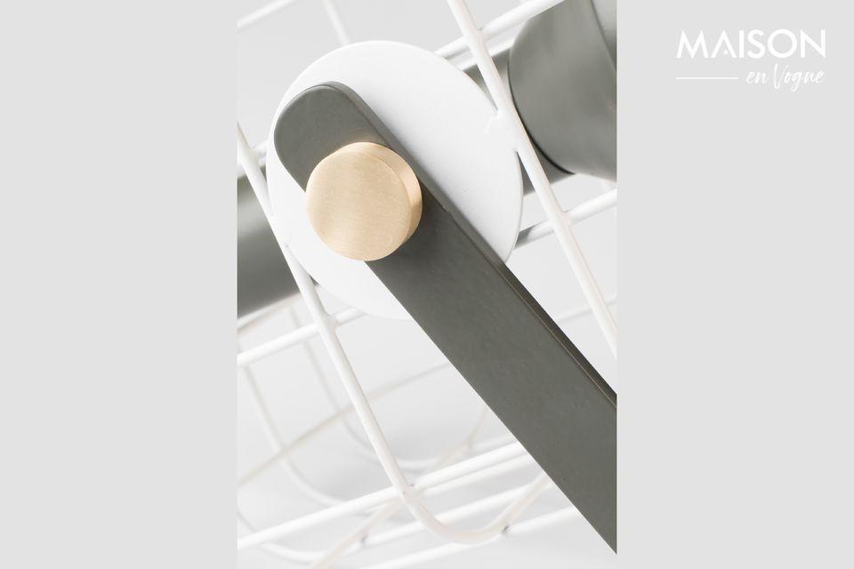 De behuizing van de tafellamp is gemaakt van naturelkleurig gelakt aluminium met messing