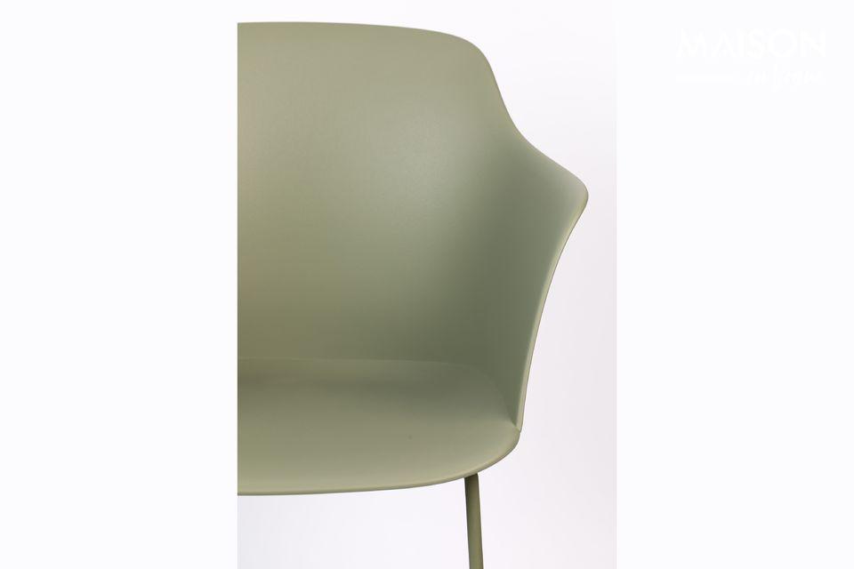 Een moderne stoel met een industriële uitstraling