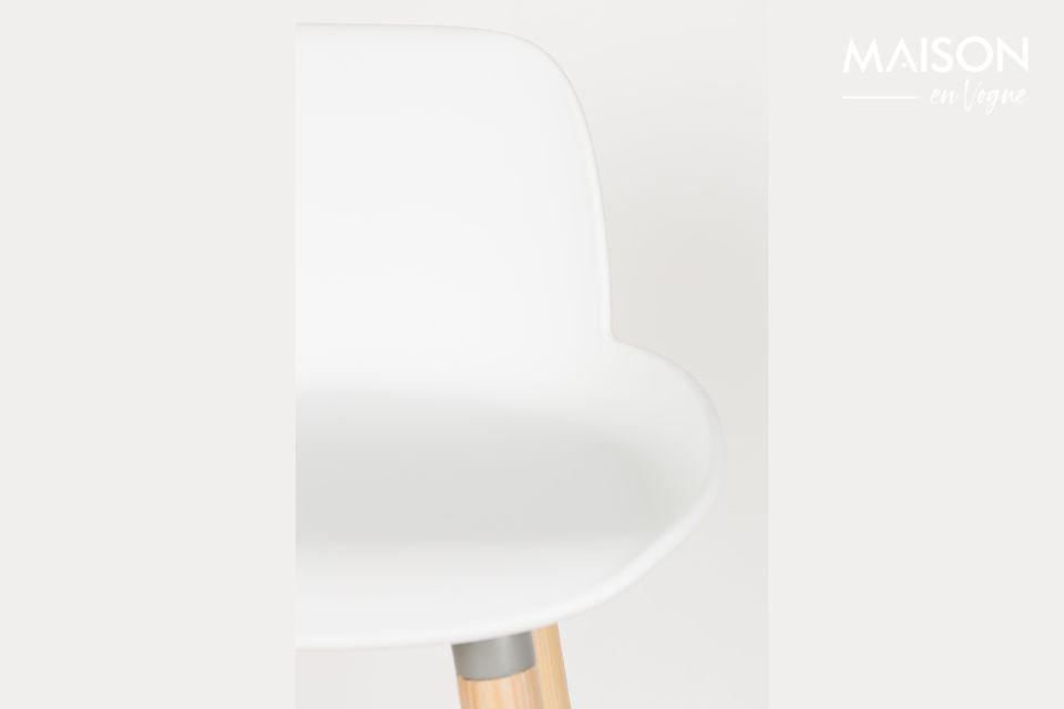 De Albert Kuip kruk combineert de warmte van zijn essenhouten onderstel met de moderniteit van zijn