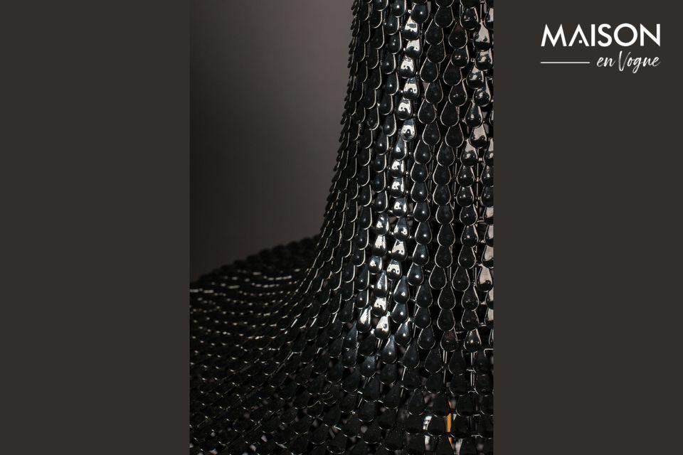 Het is gemaakt van honderden dunne stroken ijzer die met de hand zijn gelegd, zoals visschubben