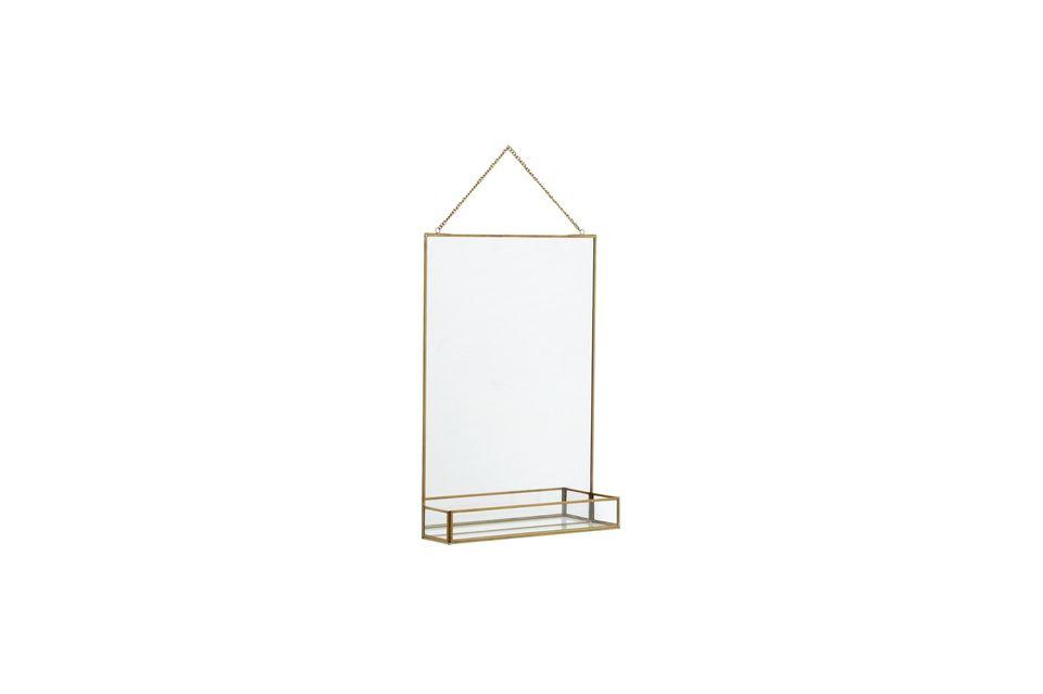 Een spiegel en zijn plank met een gouden afwerking